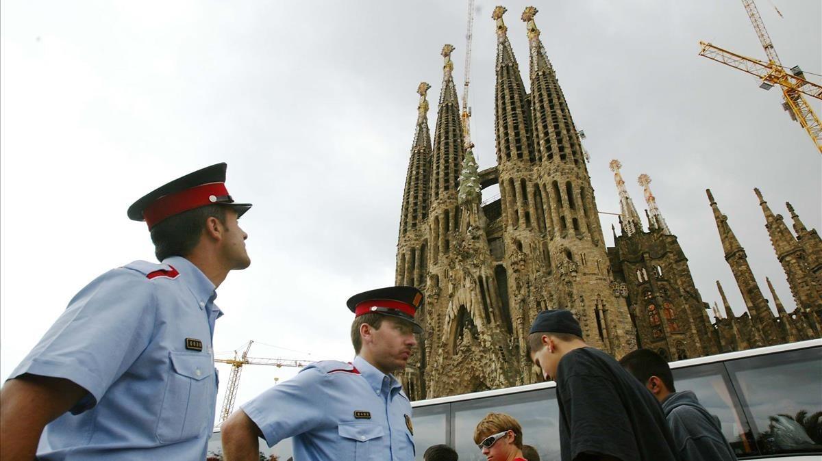 Una pareja de los Mossos patrullando por la Sagrada Familia.