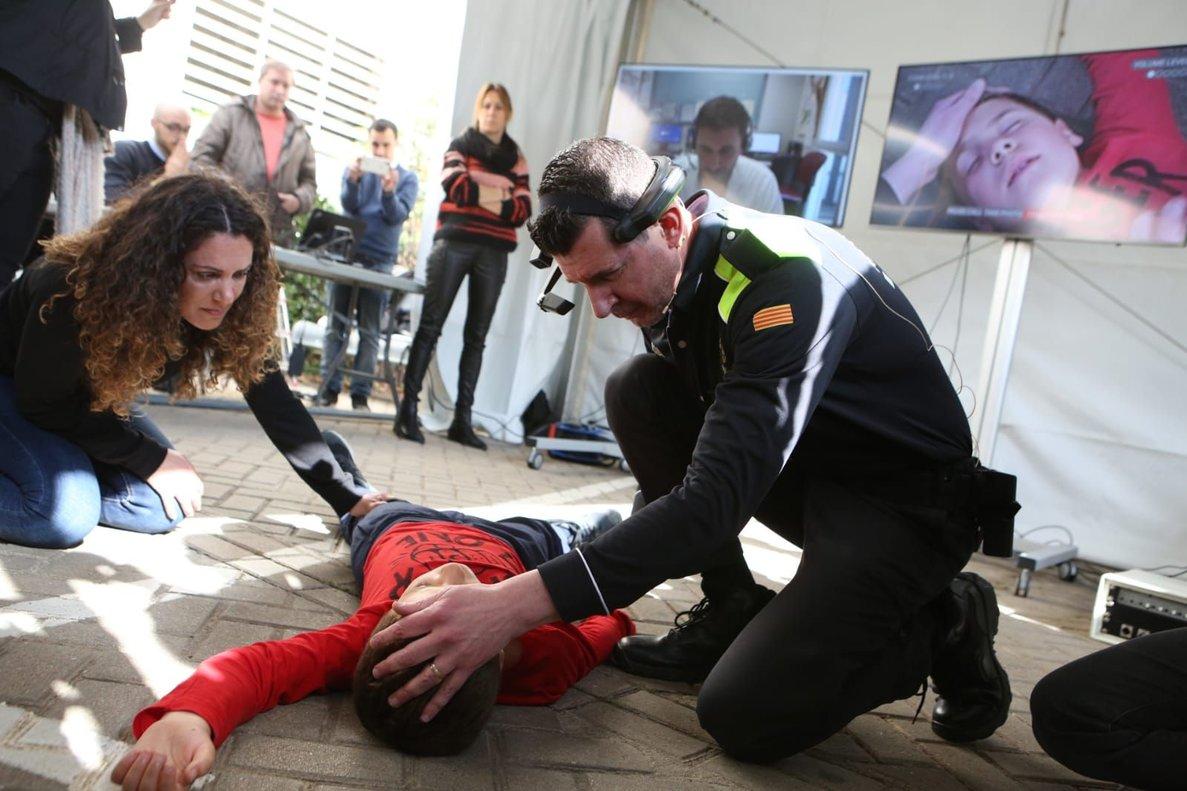 Una simulación en la presentación en Sabadell de lacámara 5G que permitirá a la policía atender las urgencias sanitarias a pie de calle.