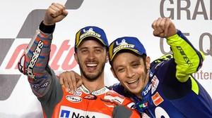 Valentino Rossi se acerca a Andrea Dovizioso, ganador en Catar, para salir en la foto.