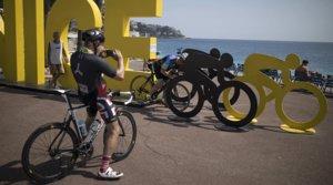 Varios ciclistas se sacan fotos en una instalación colocada en el paseo marítimo de Niza con motivo del inicio del Tour de Francia, esteviernes 28 de agosto.