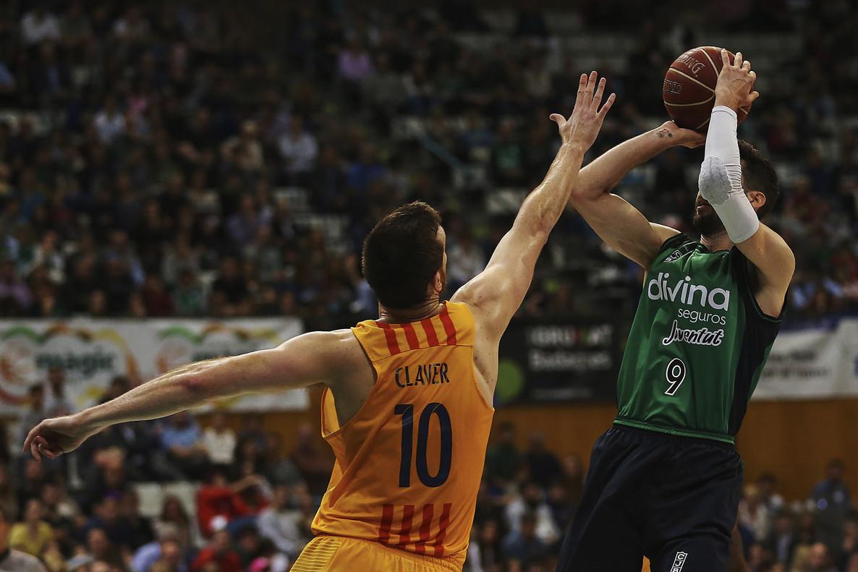 El verdinegro Vidal lanza a canasta en presencia de Claver