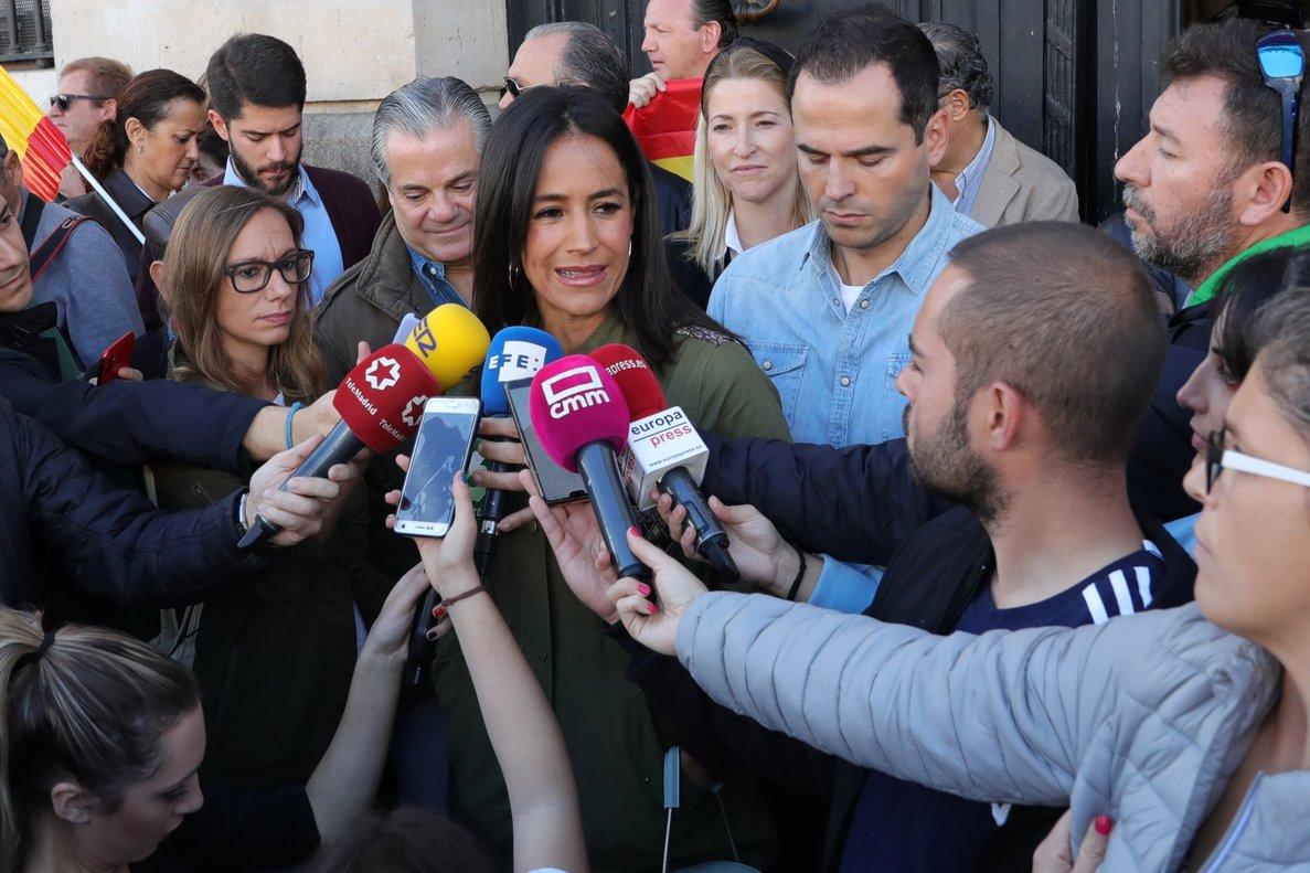 La vicealcaldesa de Madrid, Begoña Villacís (izquierda) y el vicepresidente Comunidad de Madrid, Ignacio Aguado (derecha), durante la manifestación Juntos por España.Convivencia sin violencia.