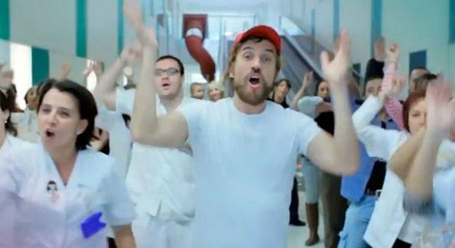Videoclip de Macaco y la canción Seguiremos en el Hospital Sant Joan de Déu.