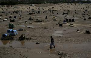Un cementerio arrasado por las inundaciones en Trujillo (Perú).