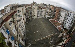 Comença la retirada de la teulada d'amiant de l'antic cine Urgell de Barcelona