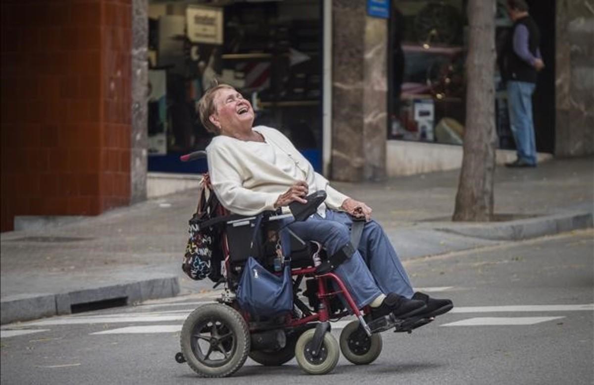 Rosa Pantaleoni se parte de risa, el jueves, mientras cruza la calle de Calvet.