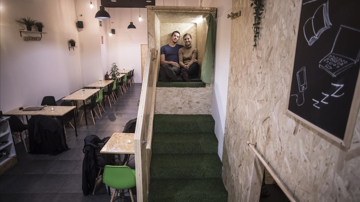 Sylvain y Celina, los dueños de Nappuccino, en uno de sus «rincones de descanso», los llaman. Tienen colchón, dos cojines, luz led, enchufe y cortina.