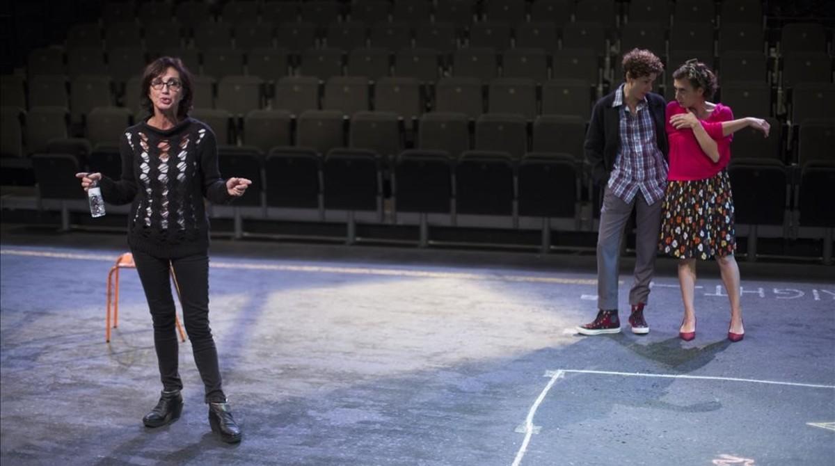 Sílvia Munt dirige a Marta Marco y Clara Segura en los ensayos de Les noies de Mossbank Road.