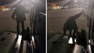Un passatger surt per la porta d'emergència d'un avió tip d'esperar