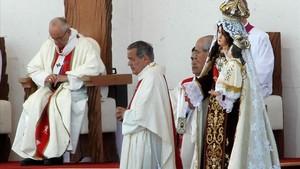 El obispo de Osorno, Juan Barros (de pie, en el centro de la imagen), durante la misa que ofició el Papa Francisco el pasado 17 de enero en Temuco (Chile).