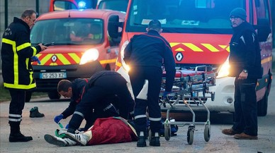 La guerra entre mafias provoca una veintena de migrantes heridos en Calais, cuatro de ellos graves