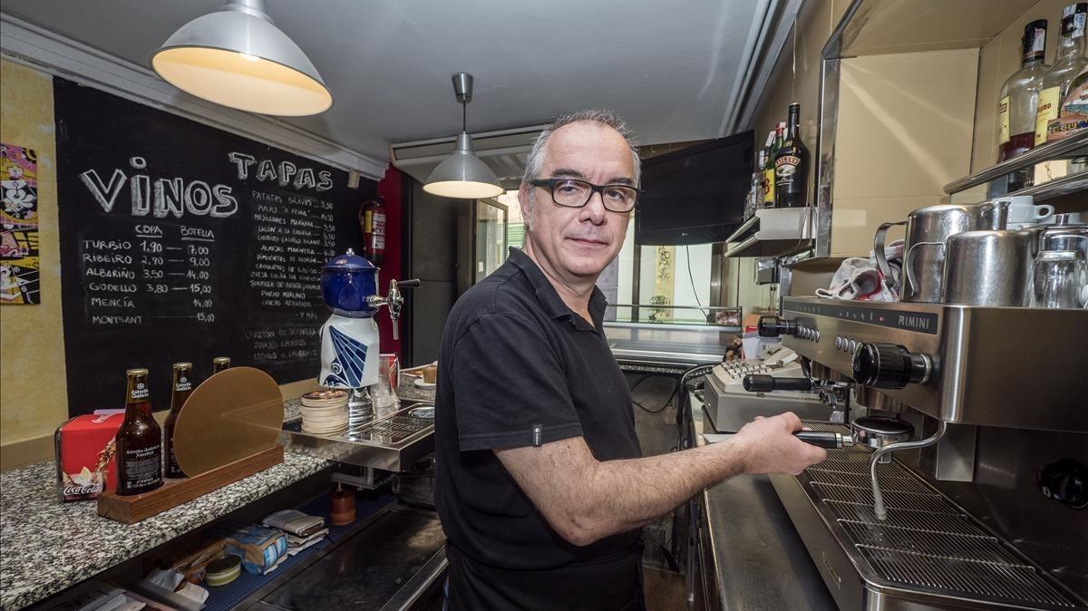 Jacinto Estévez, dueño del bar Xironda Orense, que lleva 49 años abierto en la calle de En Roig.