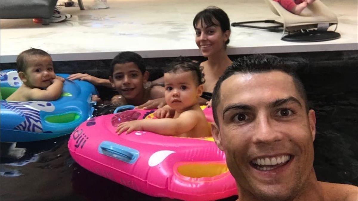 Retrato de la familia de Cristiano Ronaldo en la piscina.