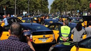 Centenares de taxis, ocupando la Gran Via, este viernes.