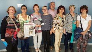 Familiares de los ancianos de la residencia Bon Pastor, este martes en la Comisión de Drets Socials mostrando la información publicada por EL PERIÓDICO.