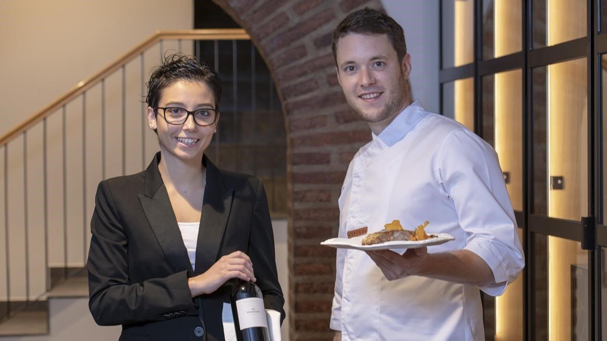 Laia Balcells y Jordi Vidal, con botella y vianda en LEspurna.