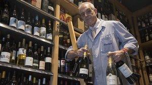 Faustino Munoz, con sus vinos en elColmado Quílez.