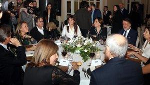 Laura Borràs, en el centro, con Ada Colau a la derecha y Joan Subirats a la izquierda.