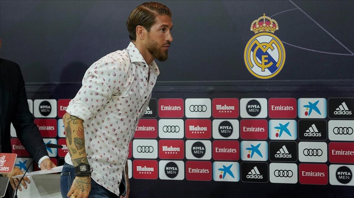 Sergio Ramos abandona la rueda de prensa en la que dijo que jugaría gratis en el Madrid.
