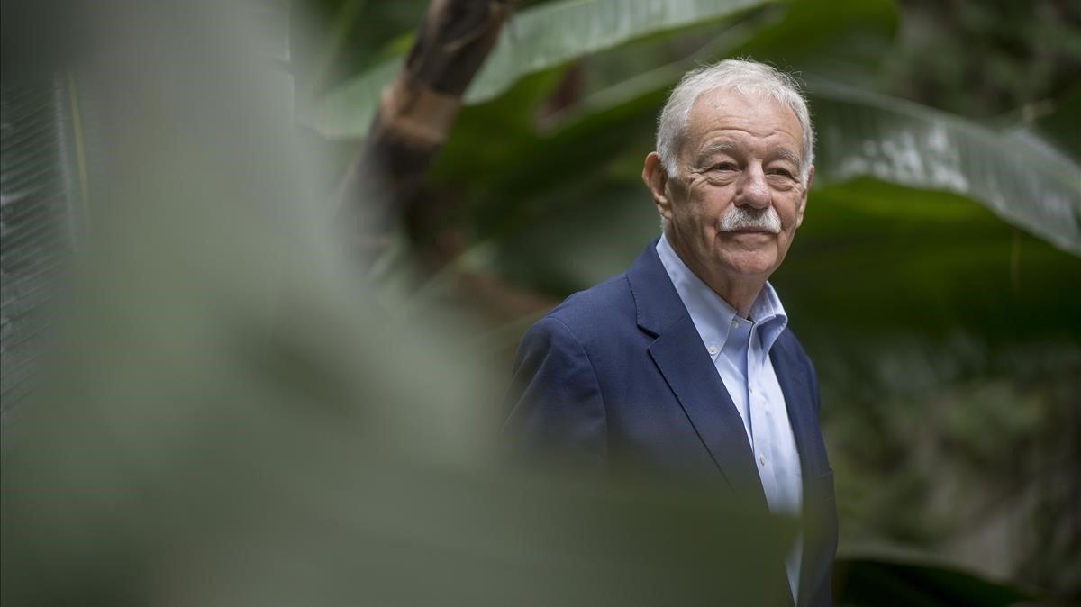 Mendoza, justo antes de la rueda de prensa, posa en el jardín de la Casadel Llibre de Rambla Catalunya, en Barcelona.