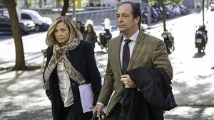 Joana Ortega y su pareja Rafael Entrena, este miércoles entrado en los juzgados de Barcelona.