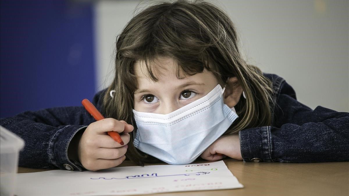 Una niña con mascarilla en el instituto escuela Els Til·lers de Barcelona.