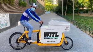 Miguel Silvestre, con la bicicleta que le servirá para repartir fruta este domingo de forma solidaria por Madrid.