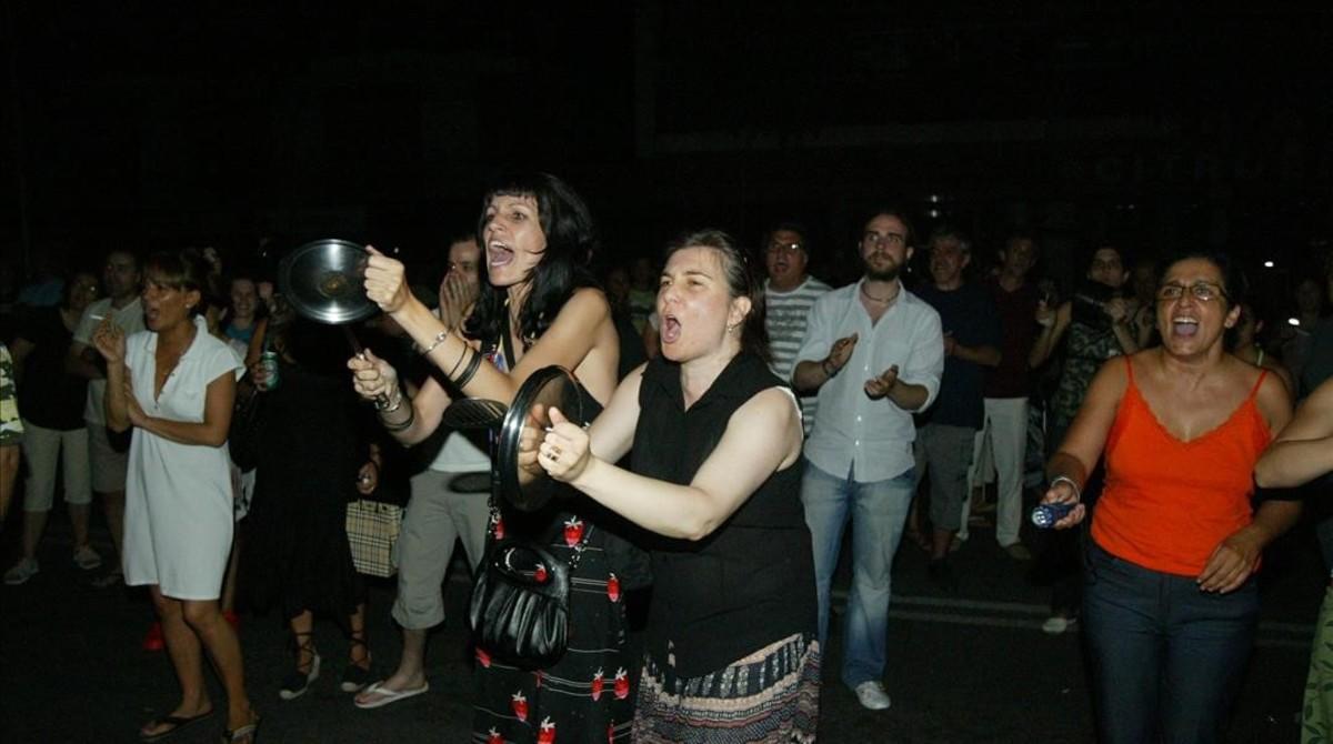 Protesta de los vecinos del paseo Maragall, donde se quemó el transformador que desencadenó el suceso.