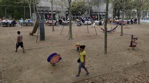 Zona de juegos infantiles en el parque de la Trinitat.