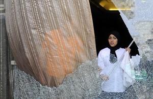 Una treballadora de lhotel de la cadena espanyola Barceló al Caire neteja els vidres després de latac.