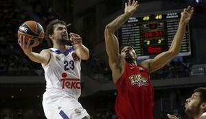 Sergio Llull (Real Madrid) entra a canasta ante la defensa del Khem Birch (Olympiacos)