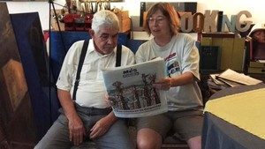 Pasqual Maragall y Àngela Vinent, hojeando el suplemento Más Periódico.