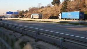 Dos camiones con las ruedas pinchadas en la AP-7, entre Cardedeu y la Roca del Vallès, dirección sur.