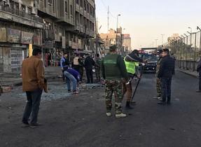 Las fuerzas de seguridad iraquís han acordonado la zona donde se han producido los dos ataques suicidas que han provocado la muerte de, al menos, 36 personas.