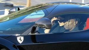 Kylie Jenner y Travis Scott pasean en Ferrari