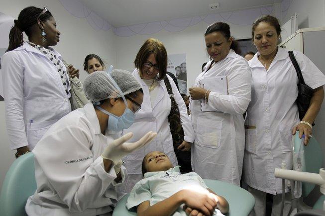 Maduro anuncia que llegan a Venezuela los médicos cubanos que salieron de Brasil