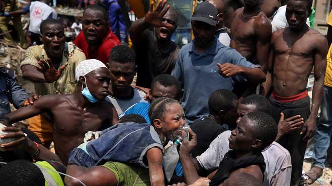 Atrapats 100 nens en l'ensorrament d'una escola a Nigèria