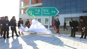 Oficiales norcoreanos y surcoreanos destapan dos senales que indican la direccion de las capitales de ambos paises en la estacion de tren de Panmun en KaesongCorea del Nortedurante una ceremonia simbolica celebrada para marcar la inauguracion del proyecto de modernizacion y reconexion por via ferroviaria y por carretera de los dos paisesEFEKoreaPool