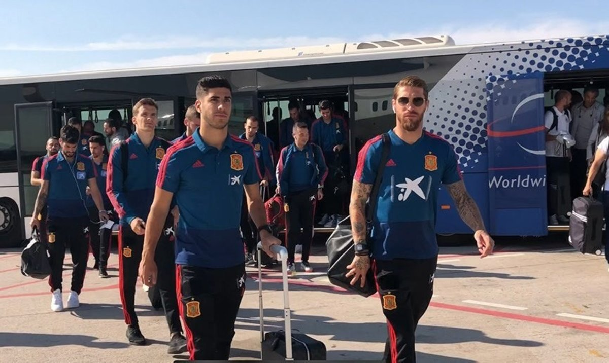 Los jugadores de la selección española a su llegada aTórshavn, capital de las Islas Feroe.