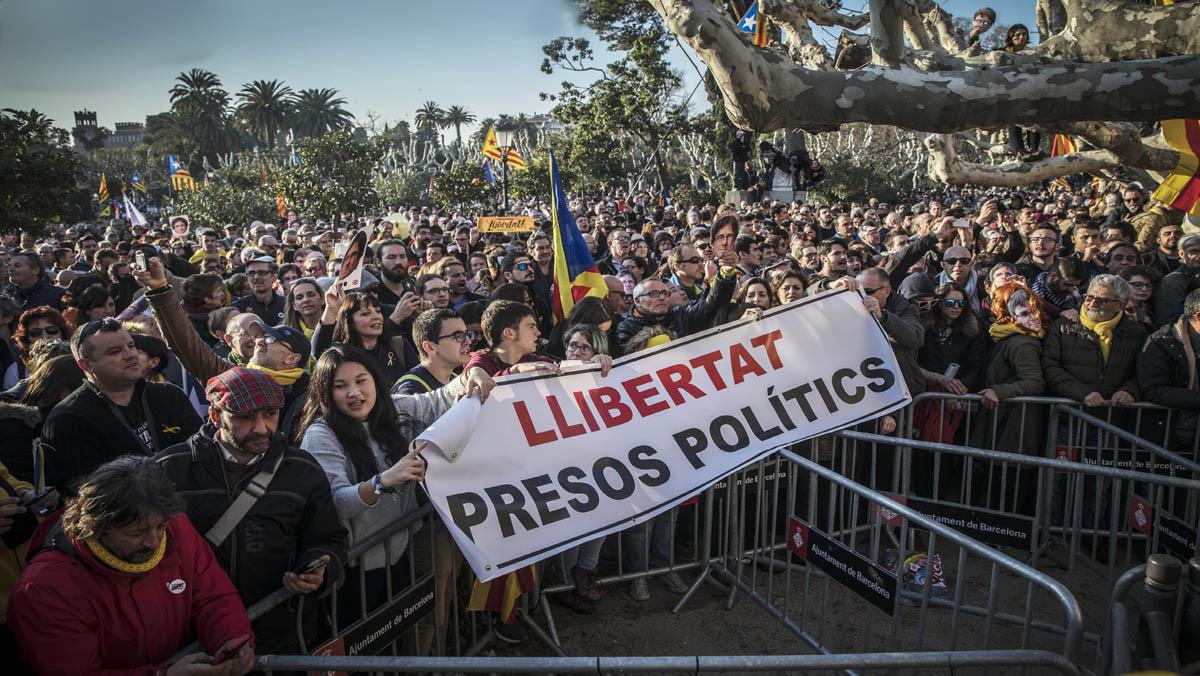Estudiantes y manifestantes de ANCirrumpen en el parque de la Ciutadella.