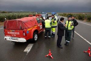 La carretera A-383 a su paso por la localidad malagueña de Campillos, cortada por los efectos de la lluvia en las últimas horas.