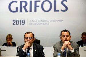 Los consejeros delegados de Grifols, Raimon Grifols (i) y Víctor Grifols Deu (d), al inicio de la Junta General de Accionistas de la multinacional catalana de hemoderivados.
