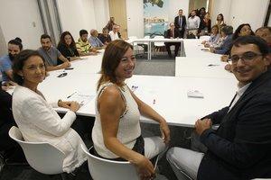 La ministra de Turismo en funciones, Reyes Maroto, y la presidenta del Govern Balear, Francina Armengol, durante la reunión con trabajadores de Thomas Cook.