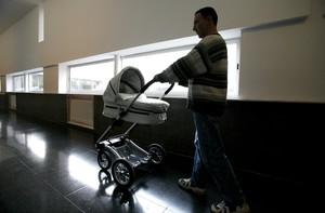 El nou permís per paternitat entra en vigor aquest dilluns