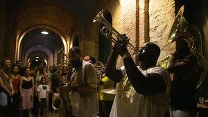 Actuación de Hot 8 Brass Band en el Pati del Districte de Nou Barris