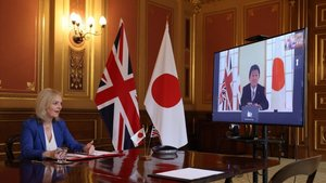 Video conferencia entre la secretaria de Estado británica de Comercio Internacional, Liz Truss, y el ministro de Exteriores japonés, Motegi Toshimitsu.