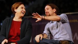 Ada Colau y Pablo Iglesias durante el mitin en la Caja Mágica, en Madrid, el pasado 13 de diciembre.