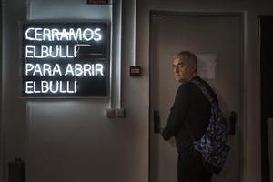 Ferran Adrià, consu mochila de camuflaje siempre a la espalda.