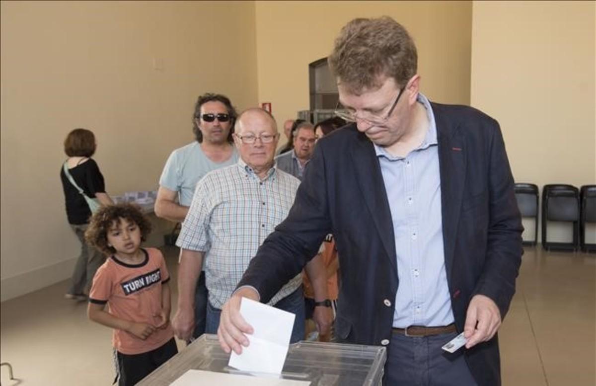 El alcalde de Tortosa, Ferran Bel, vota en la consulta sobre el monumento franquista del Ebre.