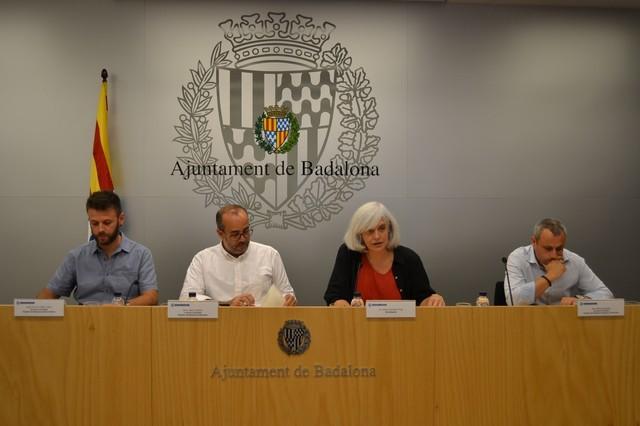 La alcaldesa de Badalona, Dolors Sabater, junto a los concejales Oriol Lladó, Àlex Mañas y Jose Téllez durante una rueda de prensa de balance del mandato.